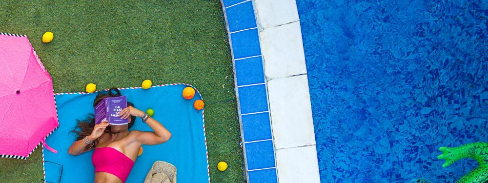 Kunstgras onder een zwembad of jacuzzi, kan dat