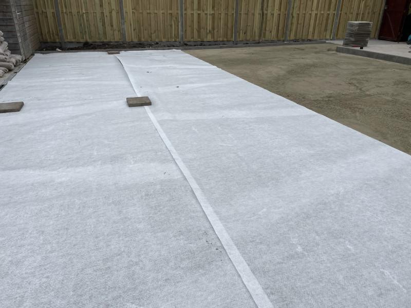 Kunstgras leggen: gebruik stabilisatiedoek voor een stabiele ondergrond